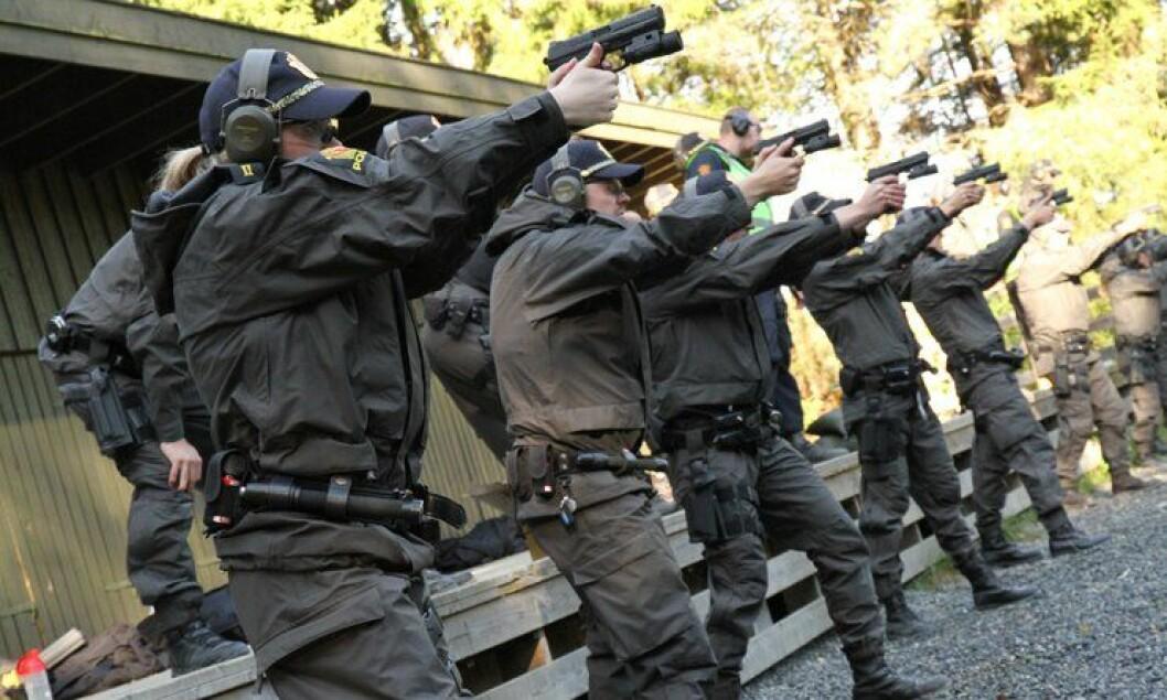 Politistudenter i Østfold under sin første skytetrening i praksisåret, høsten 2012.