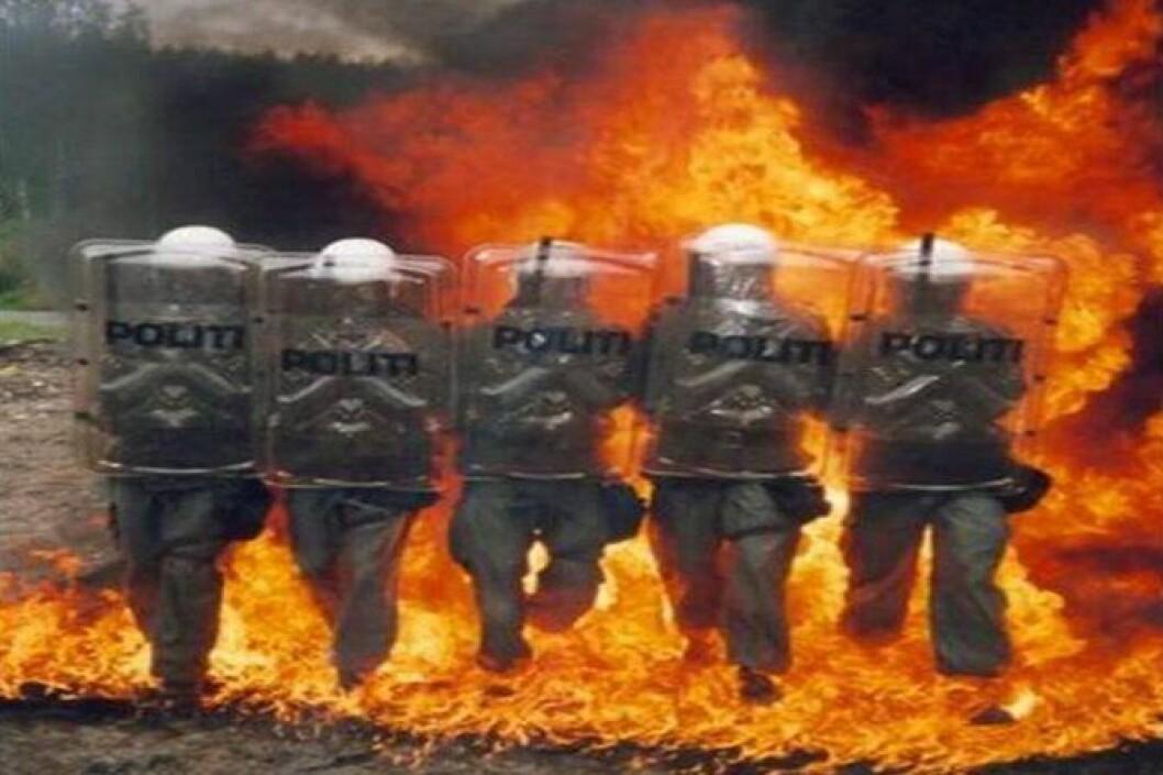 Politimannskaper øver på å gå gjennom en Molotov cocktail-eksplosjon.