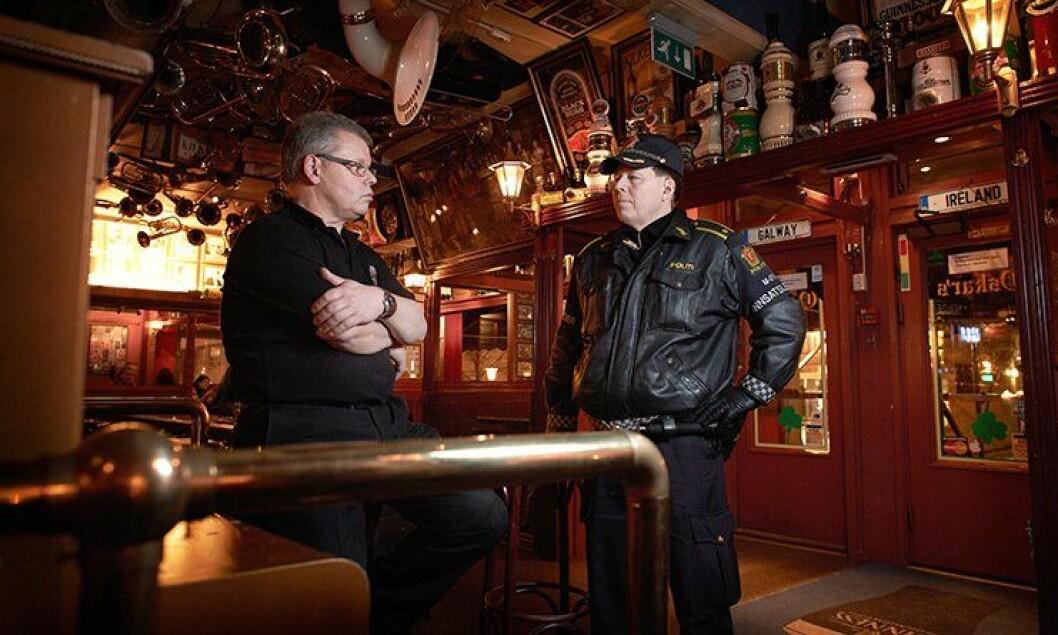 Politiførstebetjent Per Henrik Bykvist i samtale med pubeier Leif Sollund i Levanger.