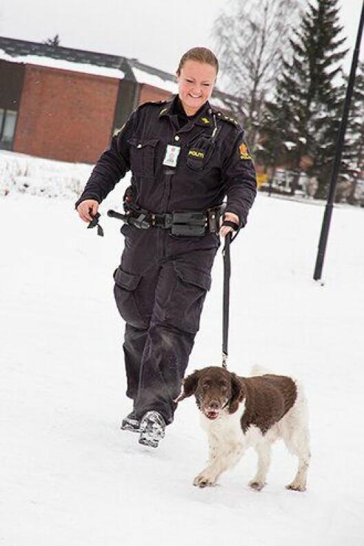 Narkotikahunden Sonny ved Romeriks politidistrikt, her med hundfører Anette Elseth.