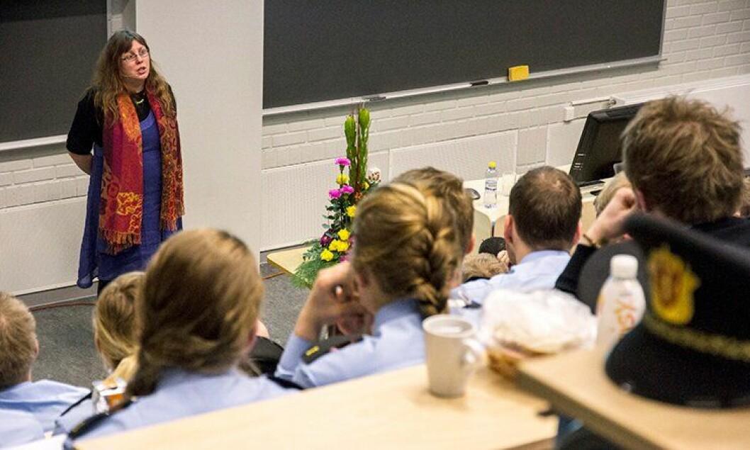 Arnhild Lauveng holder foredrag for politistudenter i Bodø, om hvordan de bør forholde seg til mennesker i psykose.