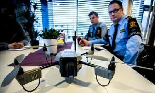 Politioverbetjentene Roy Bjelland og Ronny Samuelsen fra Follo politidistrikt ser stor nytteverdi av droner i politiets arbeid.