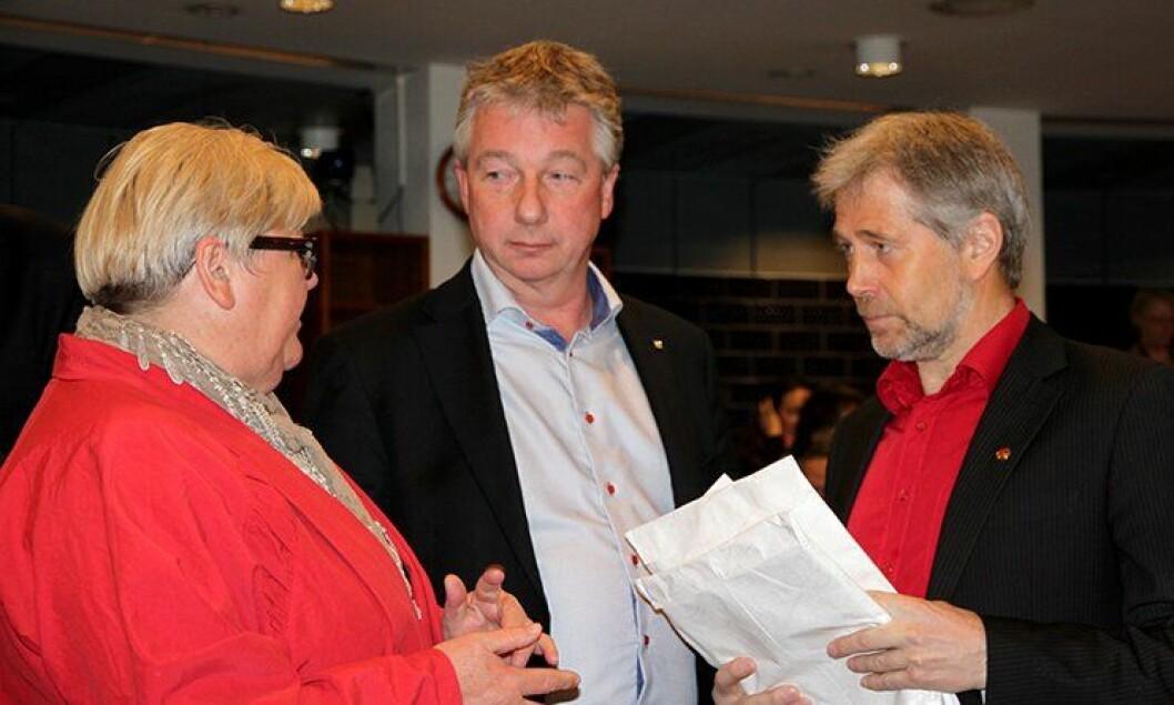 Arne Johannessen, forhandlingsleder for Unio stat (til høyre), overleverer et felles krav fra Unio stat, LO stat og YS stat.
