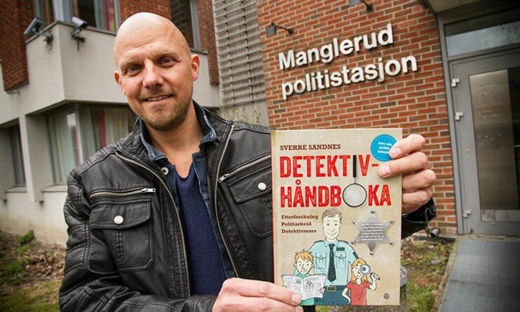 Politiførstebetjent Sverre Sandnes med barneboken sin «Detektivhåndboken».