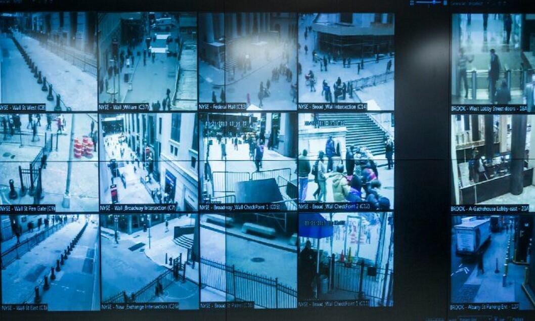 På en enorm videoskjerm har politiet i New York full oversikt over 4000 overvåkningskameraer.