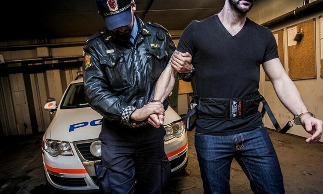 Politiets nye ledsagerbelte gir fanger frihet hvis de oppfører seg pent, men friheten innskrenkes raskt ved å trekke i et håndtak - dersom skurkene skulle bli umedgjørlige.