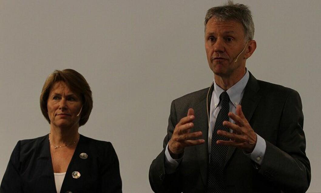 Justisminister Grete Faremo og departementsråd Arne Røksund under presentasjonen av politianalysen.