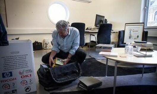 Arne Johannessen pakker kontoret etter at han har gått av som leder for Politiets Fellesforbund.