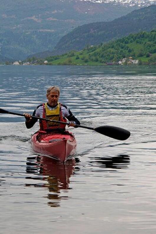 Arne Johannessen padler på Hafslovannet.