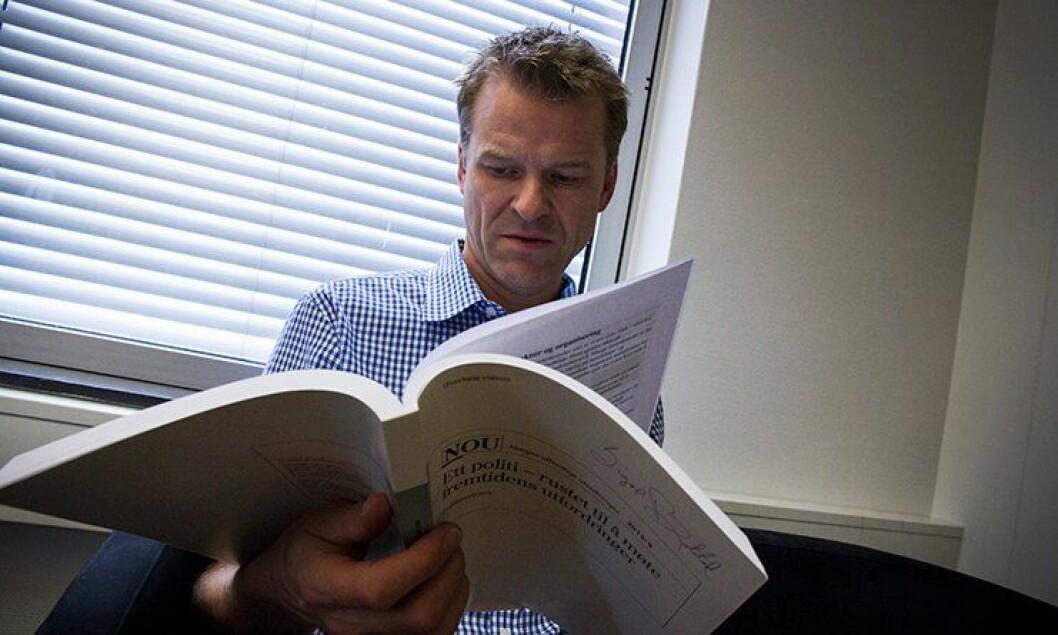 Sigve Bolstad leser politianalysen.