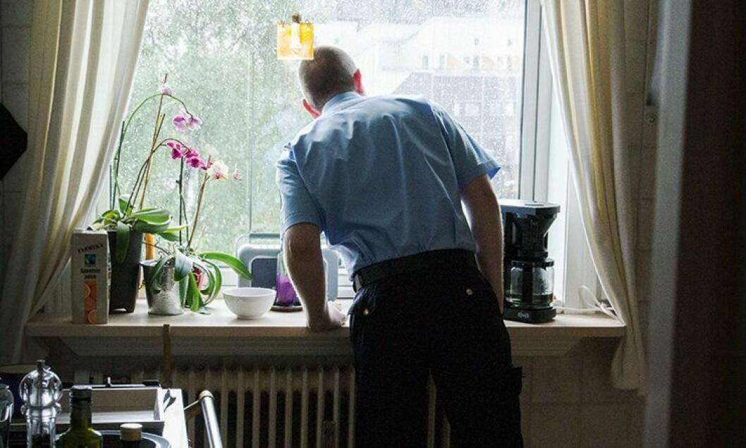Åsmund Ebbestad ser spent ut av vinduet. Det er en halvtime igjen til homoparaden skal starte, og han skal stille opp i uniform for første gang.