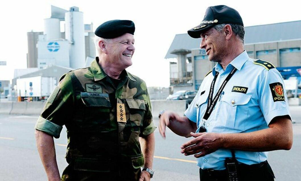 Forsvarssjef general Harald Sunde og UEH-leder Tom Henriksen på Sjursøya.