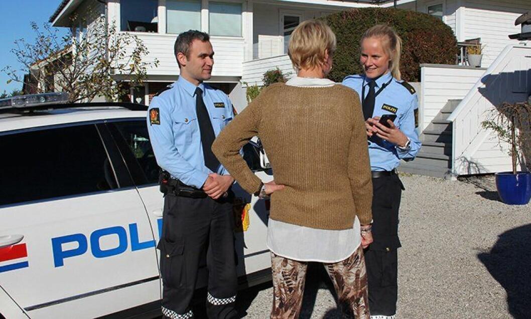 Politibetjent Knut Gjærde i Haugesund (til venstre) lagde en etterforskningsapp til mobiltelefonen. Politistudent Line Løkken (til høyre) har hatt stor glede av den.