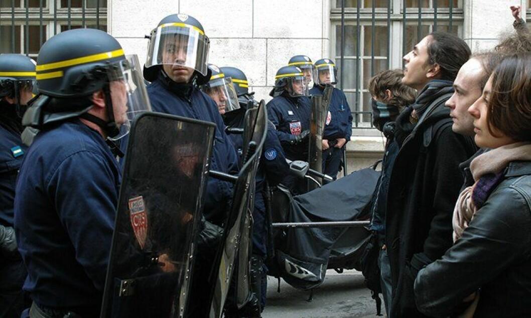 Det finnes en myte om at CRS-betjentene er ansiktsløse bøller som kan hentes inn for å slå ned på opptøyer uten skånsel, sier politimester Jezequel om det franske politiets opprørspoliti CRS.