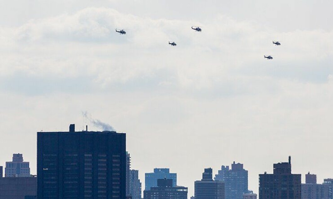 NYPDs helikoptre flyr over New York by.