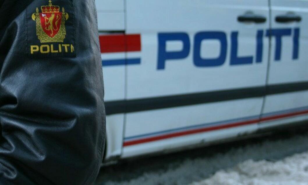 Politiuniform og bil.