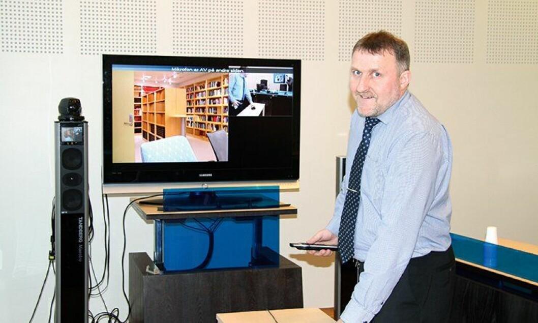 Driftskoordinator Frode Vik i Nord-Troms tingrett har koplet opp videokonferanseutstyret, som er klart til bruk.