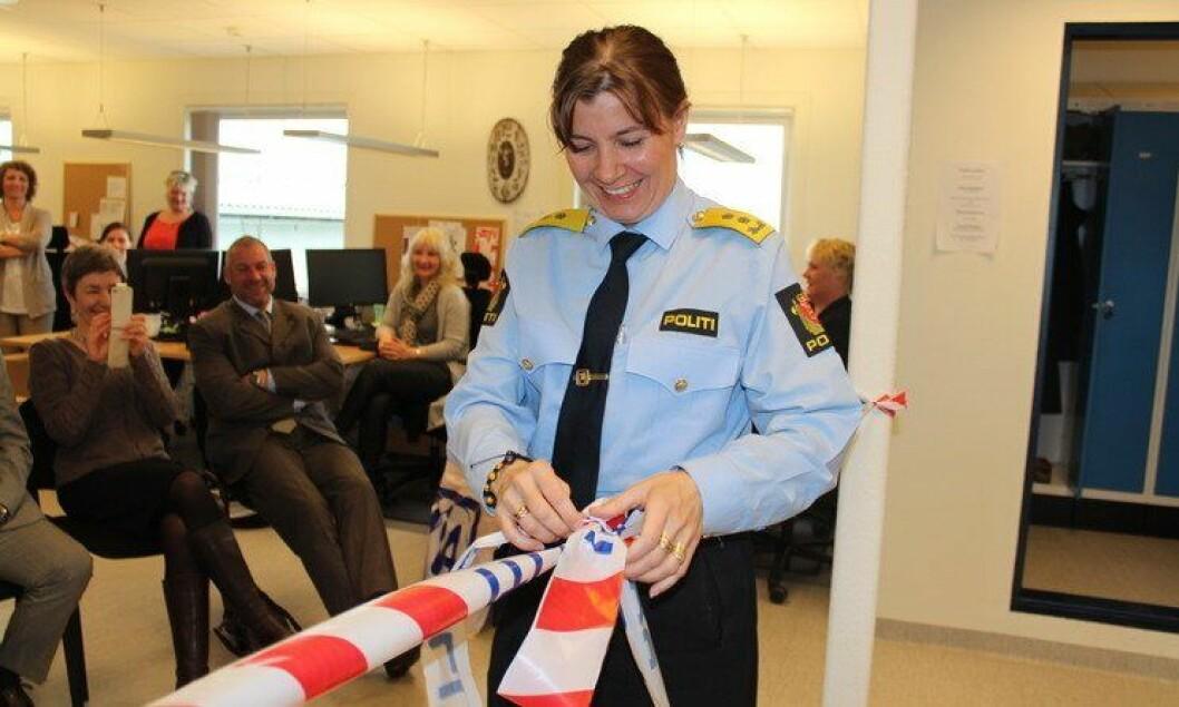 Politimester Ellen Katrine Hætta åpner båndet og kontoret for politiattester i Vardø
