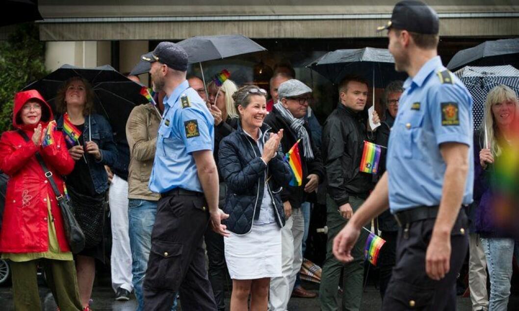 Jubel og applaus: Politifolkene som deltok under homoparaden i Oslo 2013, ble tatt godt imot.