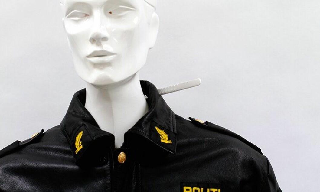 Rekonstruksjonen av angrepet viser hvor kniven traff politibetjent Ronnie Fiskvik. Kragen på jakka reddet ham.