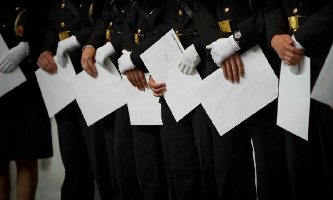 Få av politistudentene som fikk vitnemålet i Oslo rådhus i juni, har fått fast jobb.