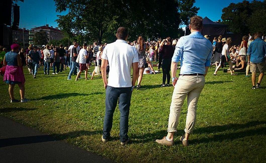 De to politimennene er umulige å skille fra publikum når de leter etter lommetyver på Øyafestivalen i Oslo.