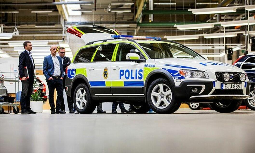 – Vårt mål er å få bilen tilbake til norsk politi, sier Kai Jacobsen i Bilia Fleet (i midten). Til venstre business manager Ulf Rydne og til høyre informasjonsdirektør Rune Gutteberg Hansen i Volvo Personbiler Norge.