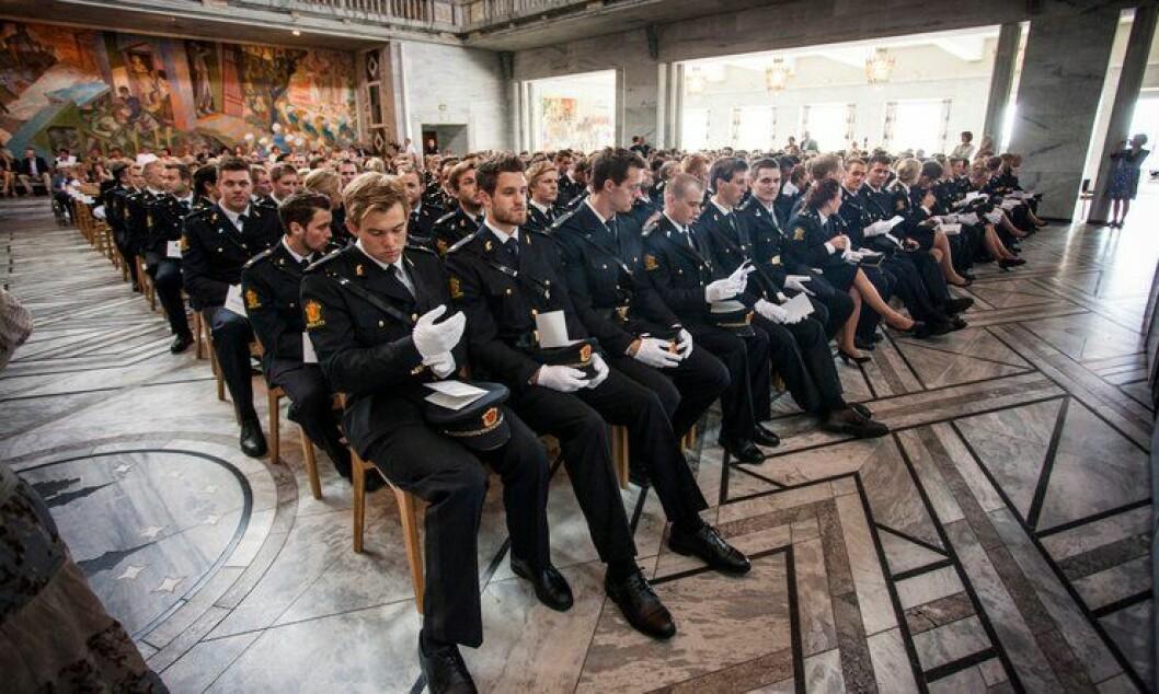 Nyutdannede politifolk kan gi inntrykk av å ha for stor tro på seg selv, mener politioverbetjent.