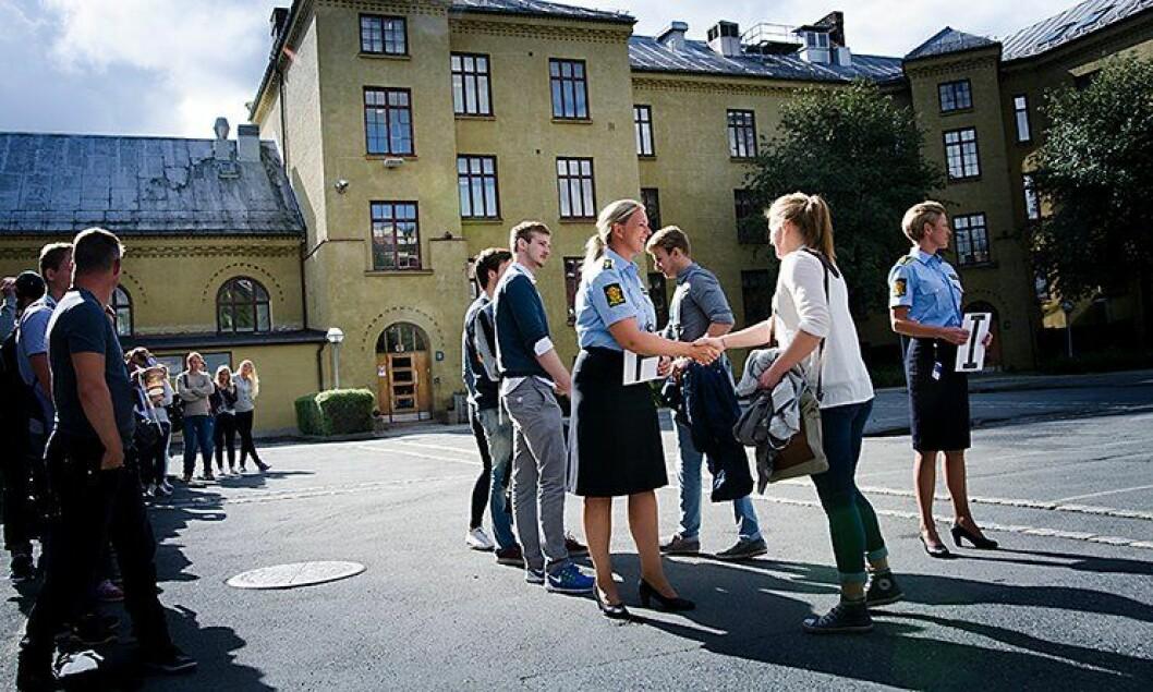 Studenter ved Politihøgskolen ønskes velkommen av lærerne.
