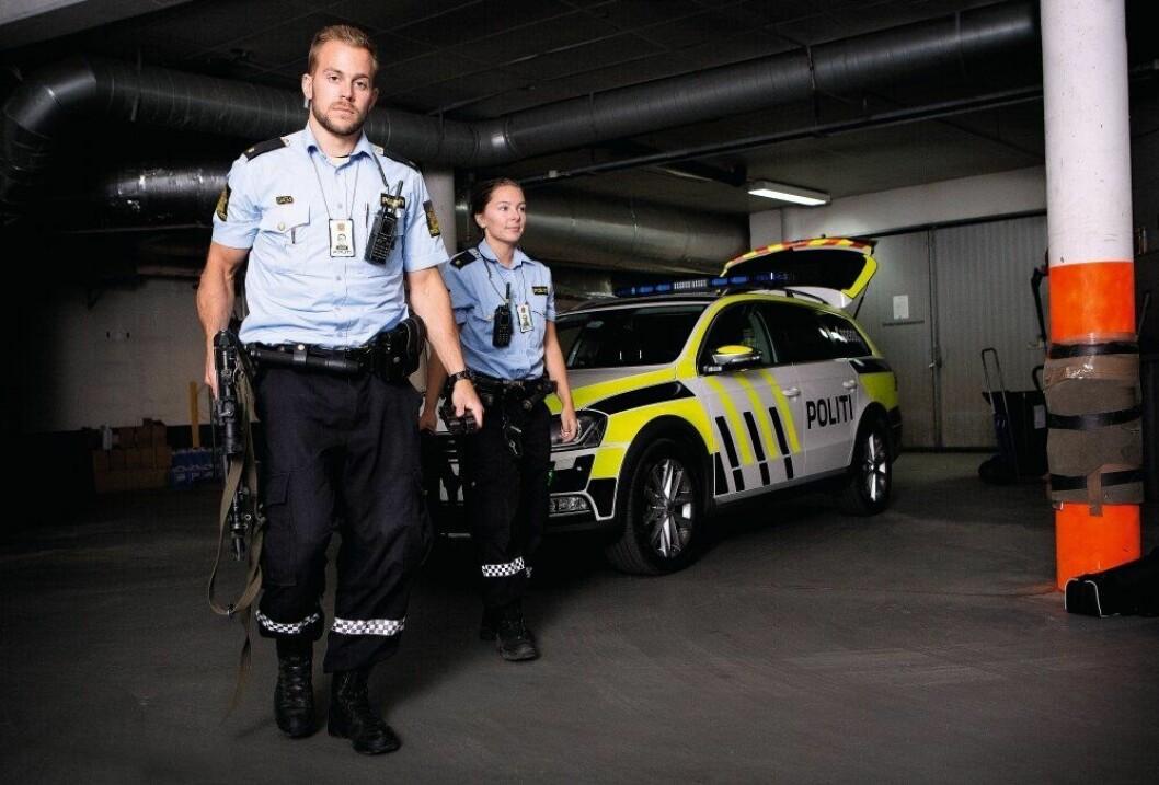 Med politiskilt rundt halsen, politimyndighet i ryggen og politiutstyr i beltet, er Sindre klar for arbeidslivet. - Det er nå det begynner, sier han.