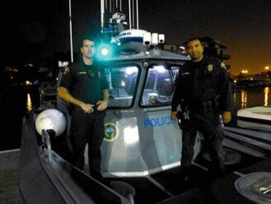 Politibetjentene Travis Mullenberg og Dan Covarubias er klar for nattsett på vannet.