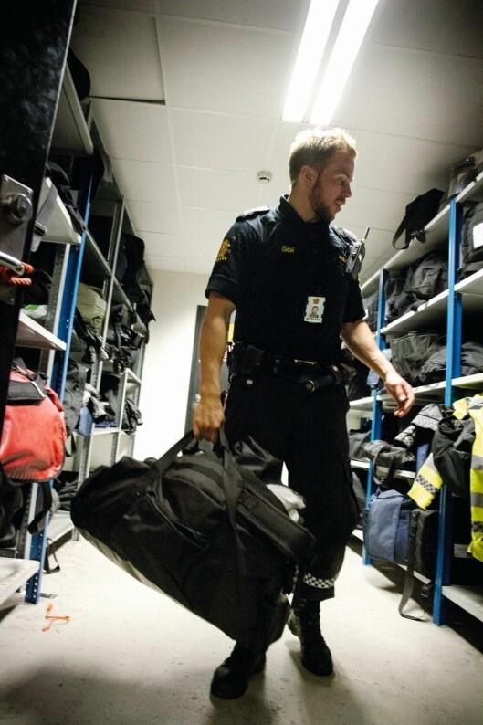 Utstyrsbagen er med når Sindre skal ut på patrulje i praksisåret.