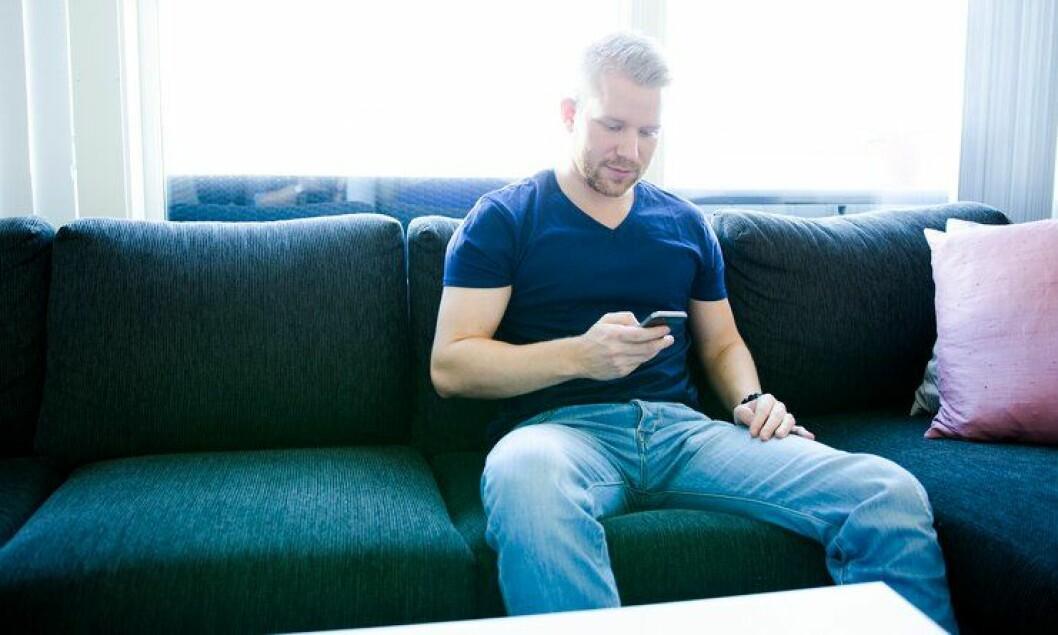 Lars Erik Holtet er arrestforvarer og har utviklet egne apper på fritiden. Det har slått an blant politimenn.