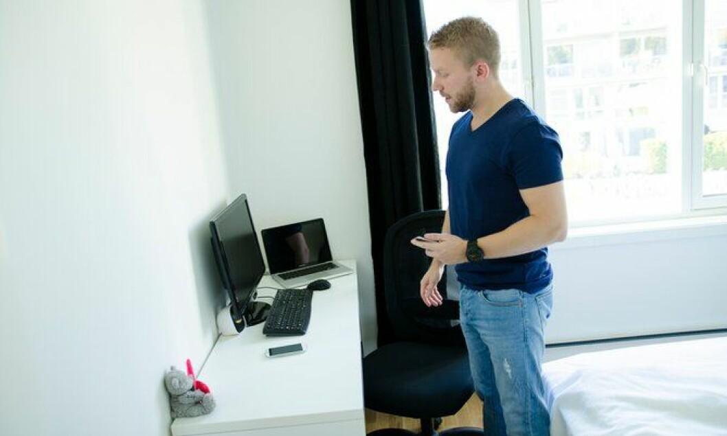 Det er på soverommet magien skjer. På to datamaskiner lager Lars Erik appene.