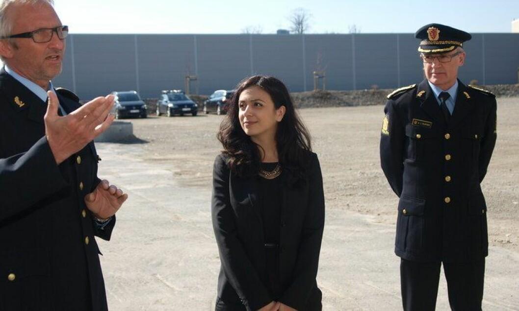 Hadia Tajik ville vite hva justis- og beredskapsministeren vil gjøre med politiets holdninger. Her sammen med Olav Unnestad og Arne Jørgen Olafsen i Follo politidistrikt.