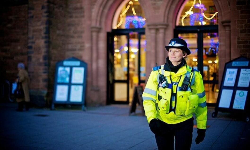 En britisk politibetjent patruljerer i gatene i Walsall i England. Slik tjeneste mener politi- og justisministeren det har blitt for mye av.