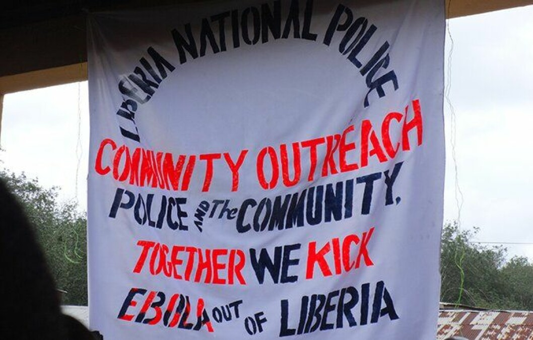 Gro Jomås og ti andre polititjenestepersoner fra Norge er nå i ebola-rammede Liberia. Her deler Jomås ut materiale og diskuterer ebola med lokalbefolkningen.