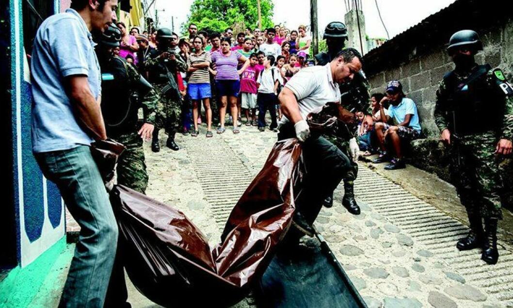 Et drapsofer bæres bort av politiet, mens naboene ser på, tilsynelatende uberørt. Hvert år blir 7000 mennesker drept i Honduras.