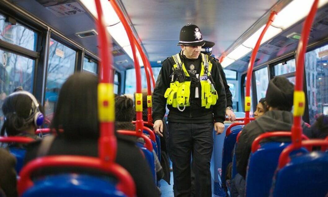 Britisk politi, som denne politimannen i Birmingham, sier i en ny undersøkelse at de er lite motiverte i politijobben.