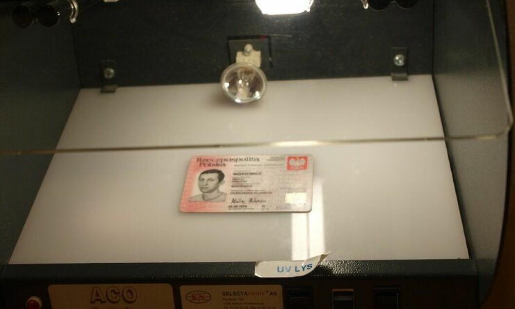 Få politifolk tar foto og fingeravtrykk når de står overfor utlendinger med antatt falske dokumenter.