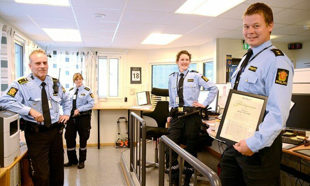 Politibetjent Børge Tronstad (til høyre) med det synlige beviset på at han fikk Agder politidistrikts politipris for 2013.