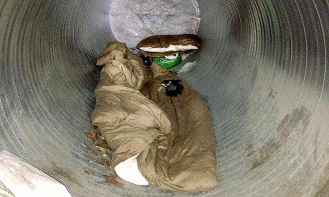 En ung rumener ordnet sin egen varetektscelle i et tomt ventilasjonsrør i politigarasjen på Hamar.