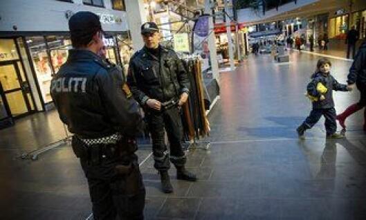 Politibetjentene Alexander Sjøvold Thofte og Vegard Kristiansen i Salten politidistrikt, sier de er skjerpet uansett om de bærer pistol eller ikke.
