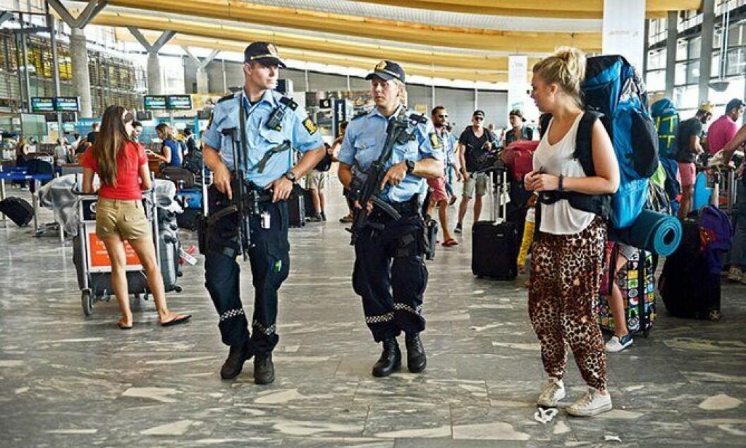 Bevæpnet politi på Gardermoen under terrortrusselen i Norge, sommeren 2014.