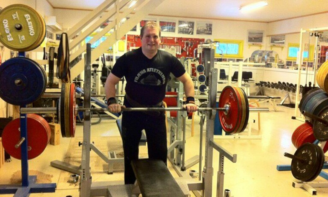 Svein Magne Malmdal er politimann. På fritiden løfter han vekter og trener unge i den lokale styrkeløftklubben.