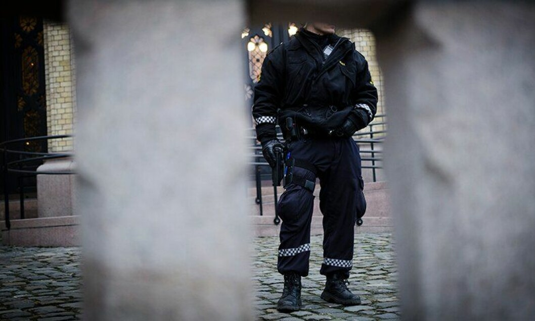Politidirektoratet har bedt om å få perioden med bevæpnet politi forlenget. Departementet sier ja.