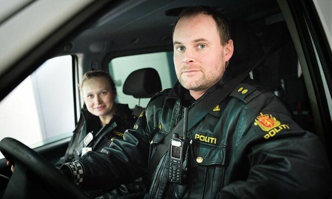 Politibetjentene Nina Castberg og Andreas Øvergaard ved Sentrum politistasjon i Oslo.