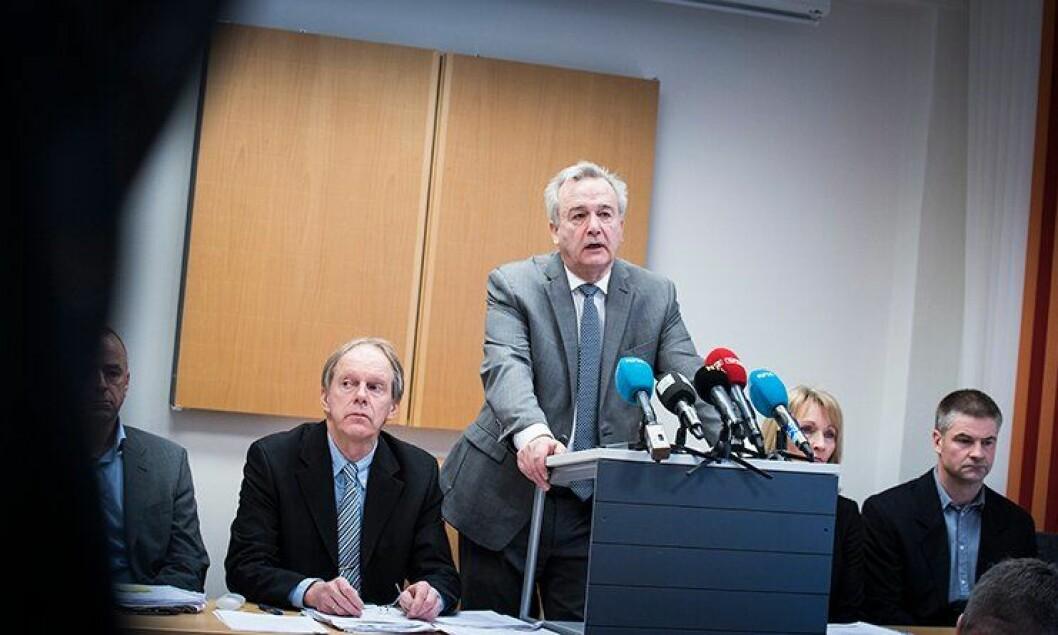 Riksadvokat Tor Aksel Busch mottok i dag rapport om politiets arbeid i Monika-saken. Leder for arbeidsgruppen, førstestatsadvokat Bjørn Soknes, sitter til venstre for Riksadvokaten.