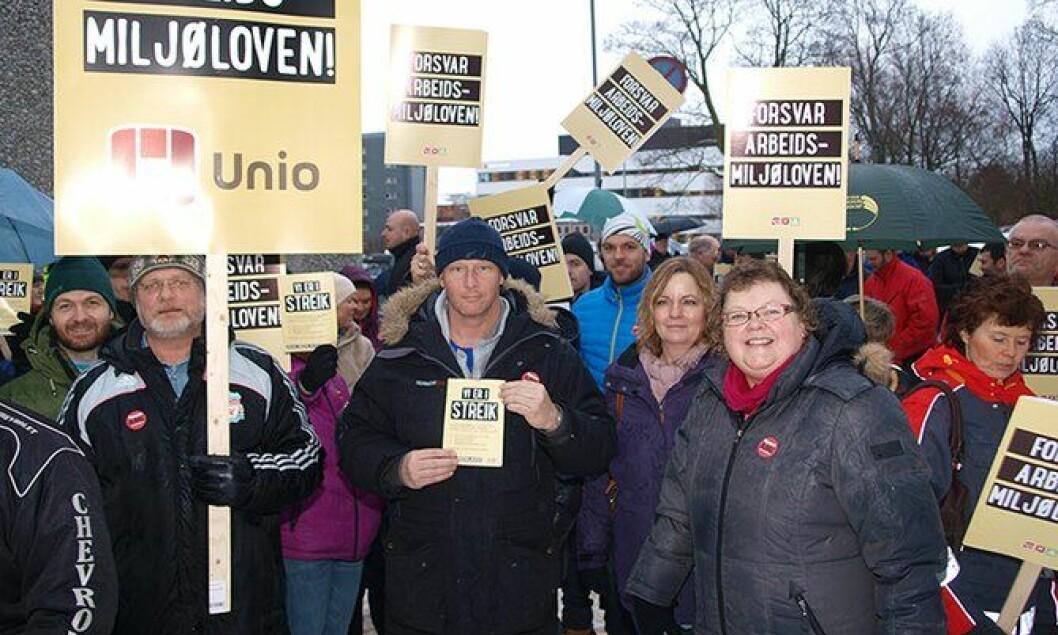 Også på Hamar møtte politifolk opp i streiken. Lokallagsleder i PF, Reidun Martinsen (til høyre), sier de er bekymret for hviletiden til mannskapene. – Den blir stadig utfordret.