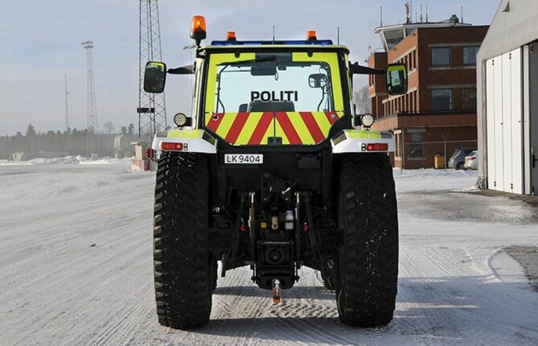 Polititraktoren trives i jobben og har kanskje den kuleste uniformeringen på Oslo lufthavn.